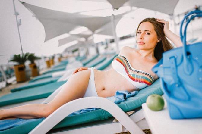 Юлия Михалкова фото на шезлонге
