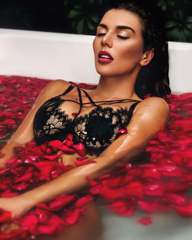 Анна Седокова фото в ванне с цветами