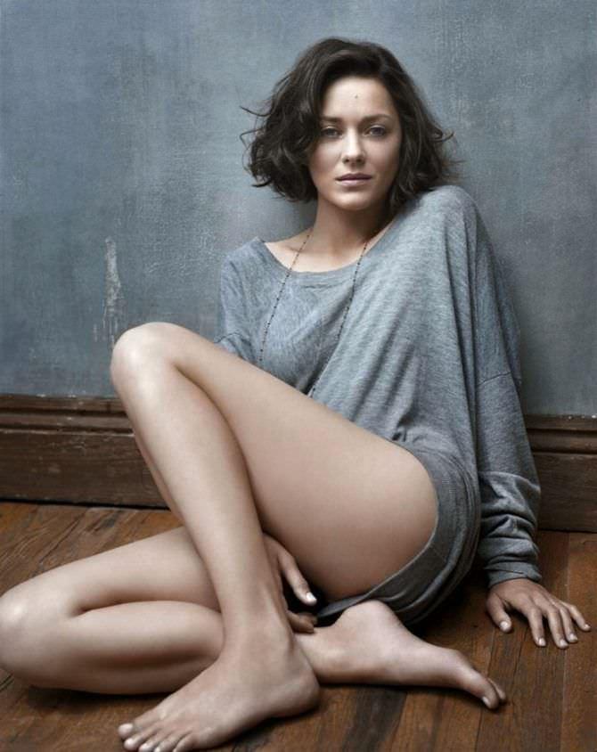 Марион Котийяр фото в свитере на полу