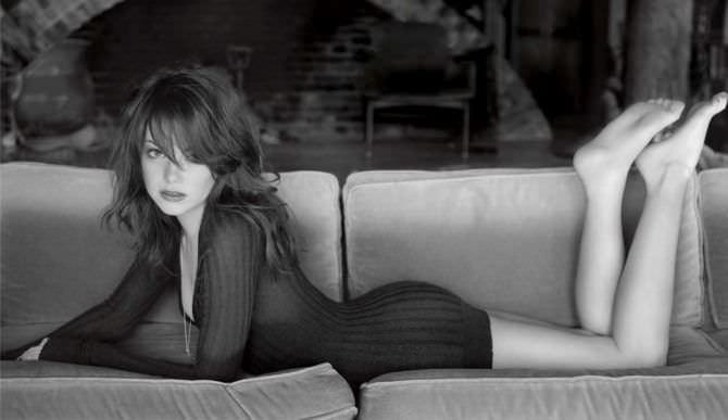Эмма Стоун на диване