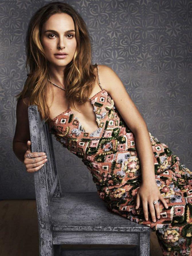 Натали Портман фотография в платье с вырезом