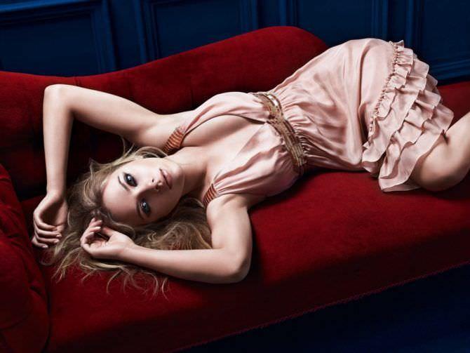 Скарлетт Йоханссон фото на красном диване в платье