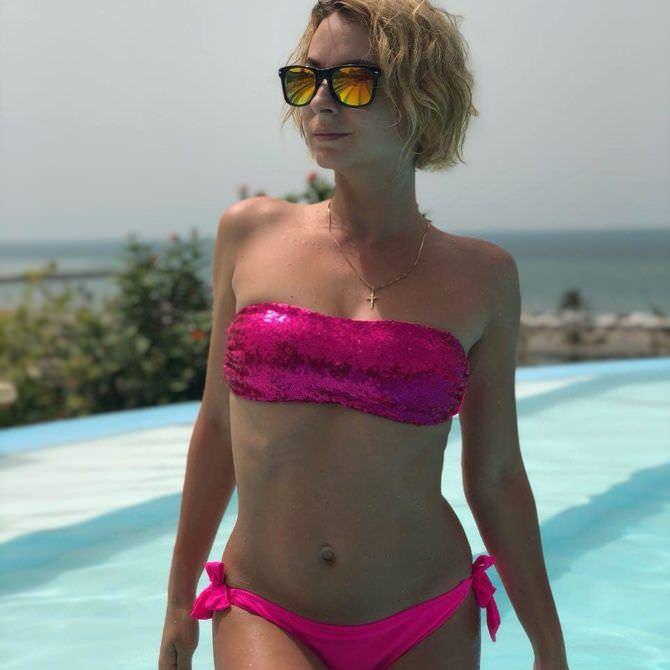 Дарья Сагалова фото в розовом купальнике