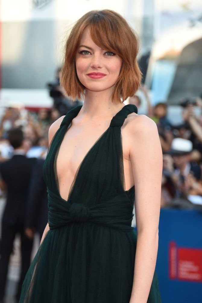 Эмма Стоун в платье с глубоким декольте