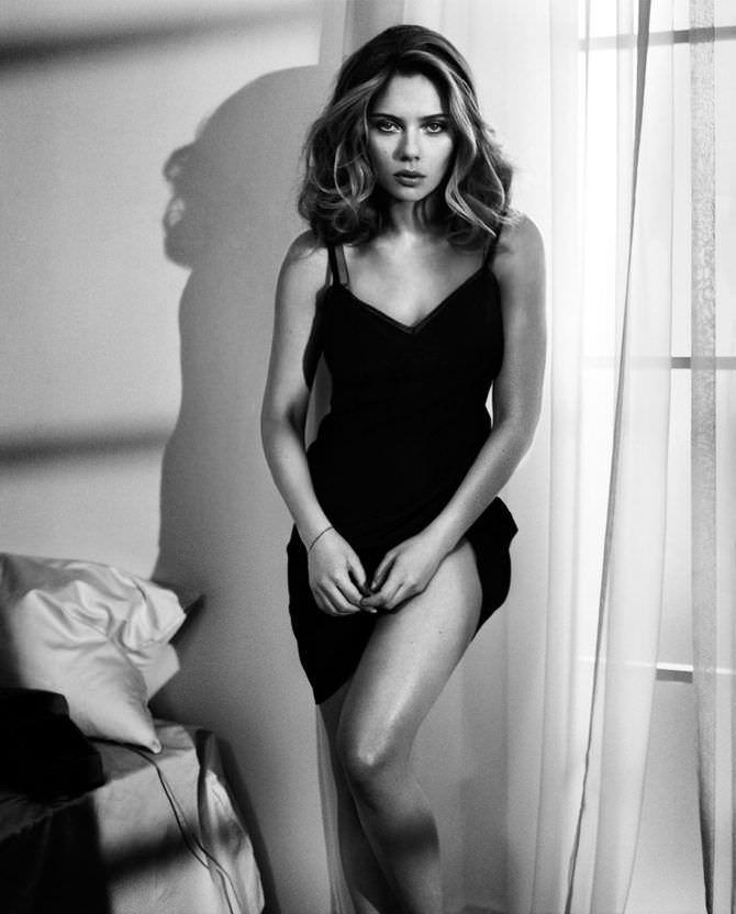 Скарлетт Йоханссон фото в поднятом платье