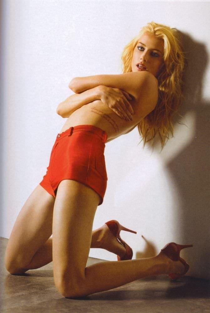 Эмбер Хёрд фотография в красных шортах