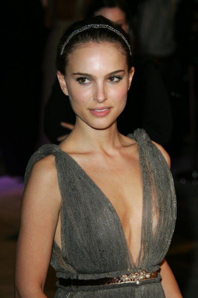 Натали Портман фото в сером платье