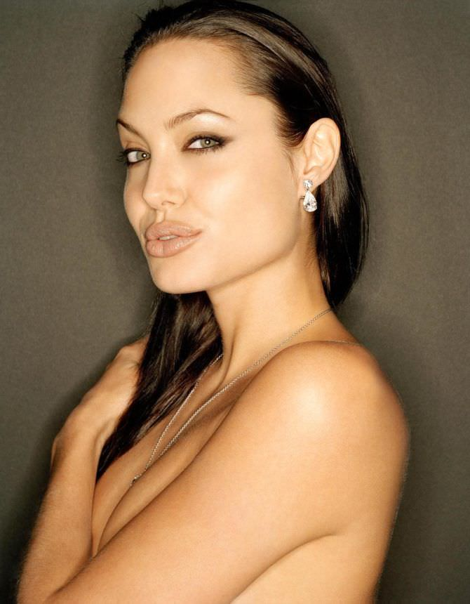 Анджелина Джоли фотография топлесс