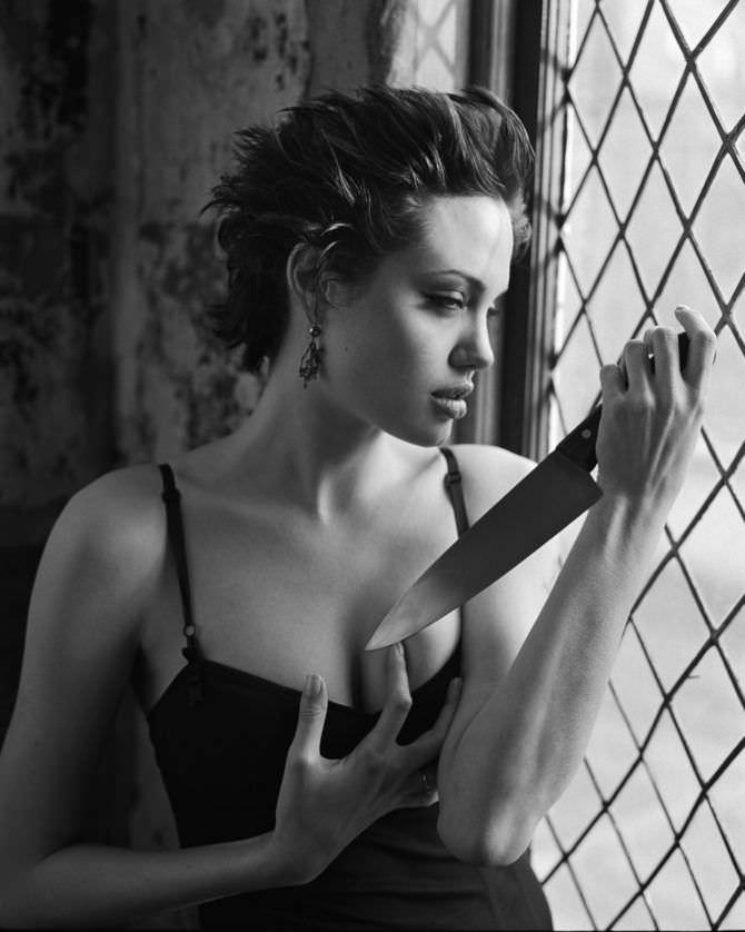 Анджелина Джоли фото с ножом