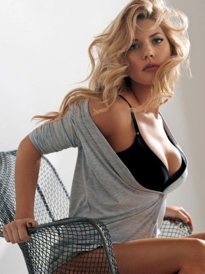 Кэтрин Уинник фото в кофте и белье
