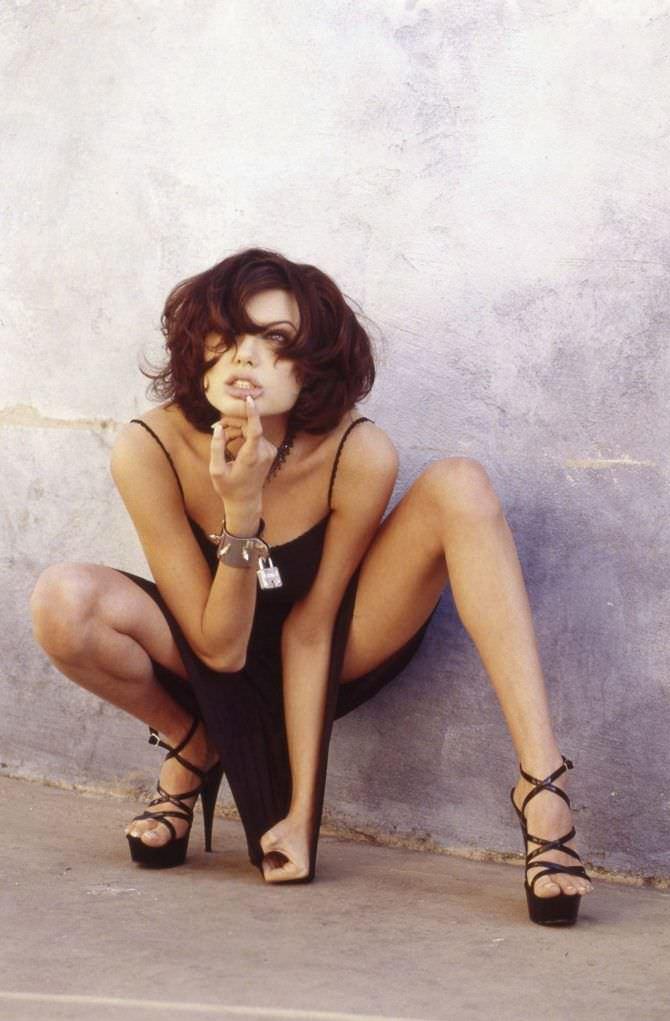 Анджелина Джоли фото на корточках