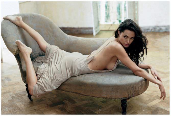 Анджелина Джоли фото на кушетке