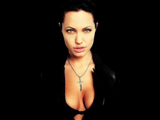 Анджелина Джоли фото в чёрной куртке