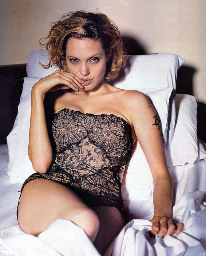 Анджелина Джоли фото в кружевном белье