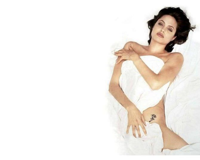 Анджелина Джоли фото под простынёй