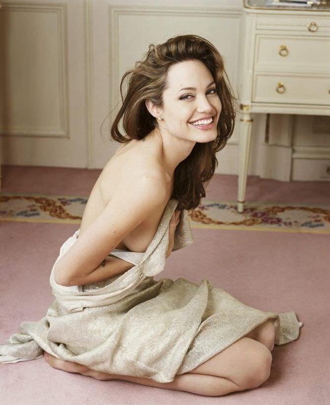 Анджелина Джоли фото в снятом платье