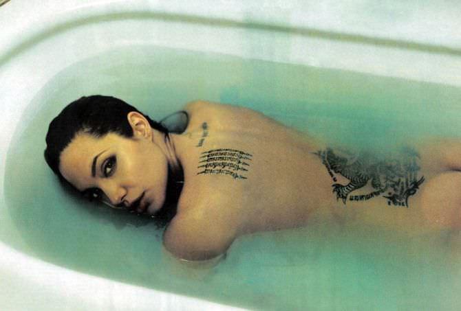 Анджелина Джоли фото в ванне