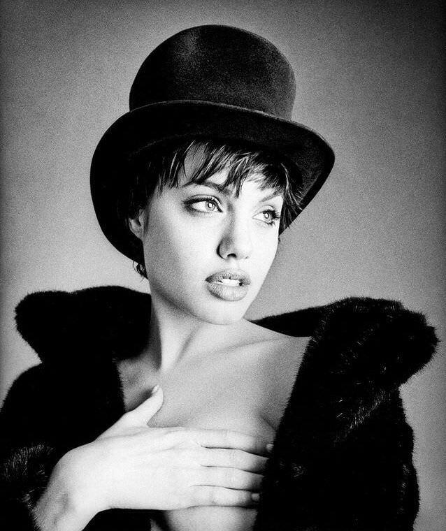 Анджелина Джоли фото в цилиндре