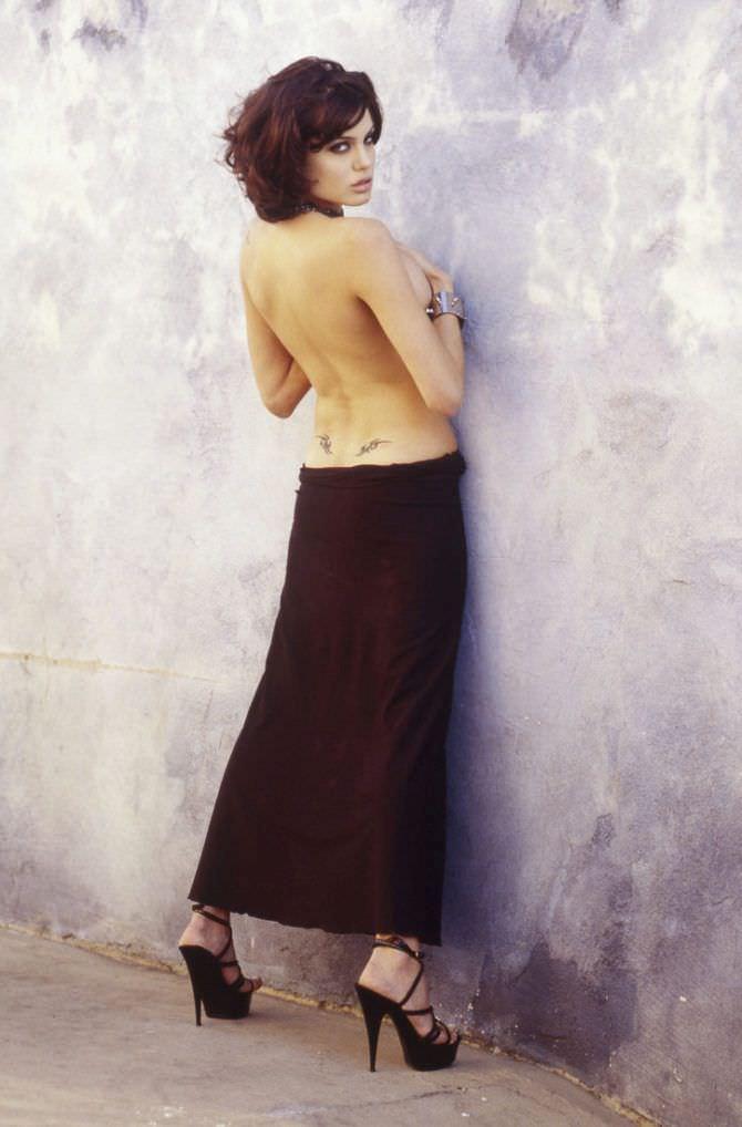 Анджелина Джоли фотография у стены