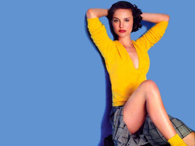 Натали Портман фото в жёлтом свитере