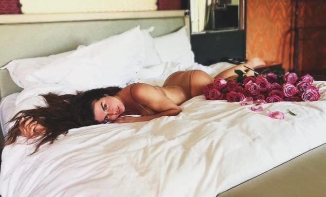 Анна Седокова фото в кровати с цветами