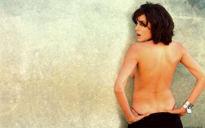Анджелина Джоли фото топлесс у стены