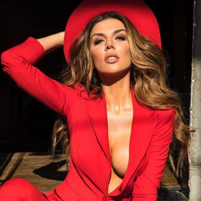 Анна Седокова фото в красном пиджаке