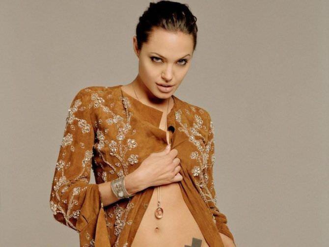 Анджелина Джоли фото в кофте