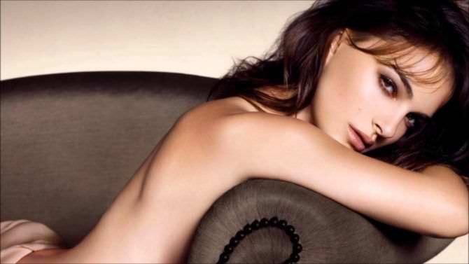 Натали Портман фото на диване