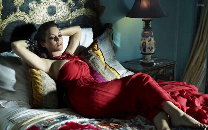 Марион Котийяр фото в вечернем платье на кровати