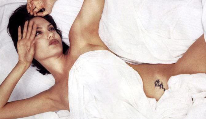 Анджелина Джоли фото под одеялом