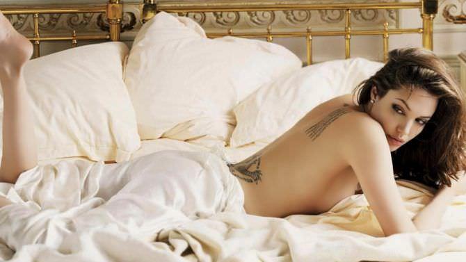 Анджелина Джоли фото в кровати