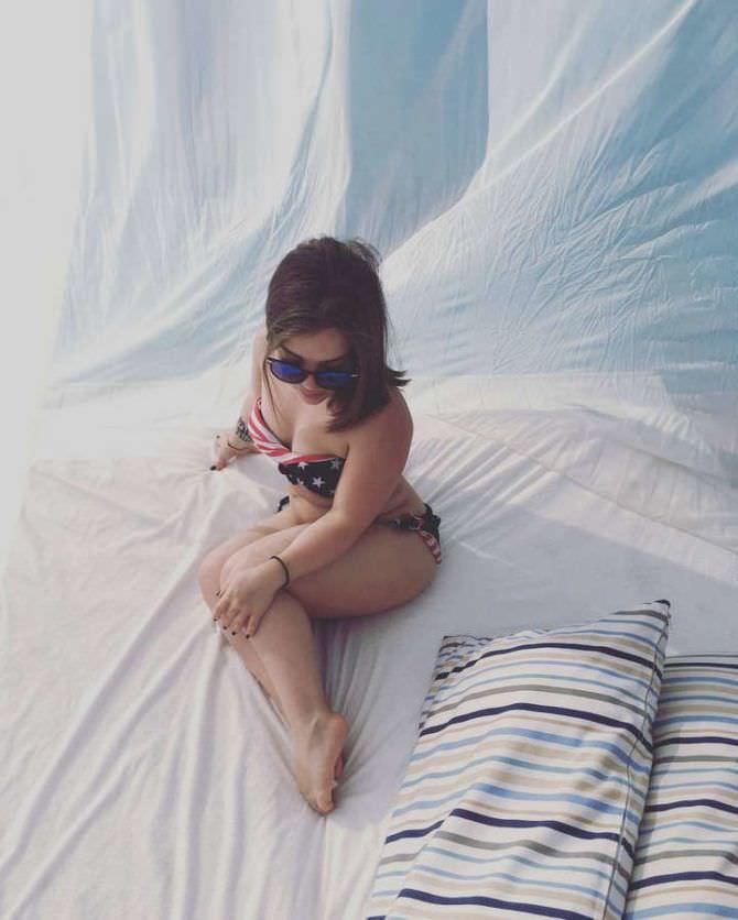 Олимпия Ивлева фото в купальнике на кровати