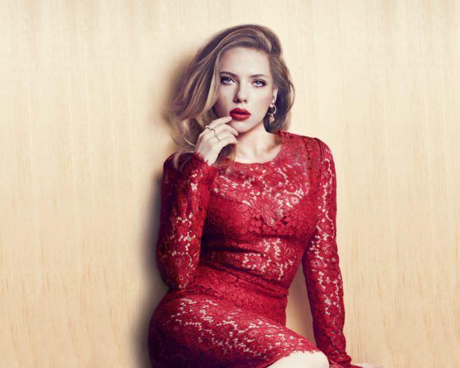 Скарлетт Йоханссон фото в красном кружевном платье