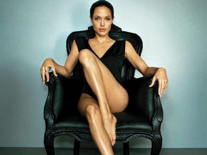 Анджелина Джоли фото в кресле