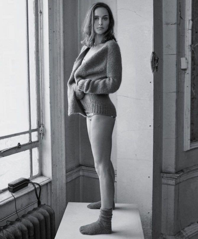 Натали Портман чёрно-белое фото в кофте