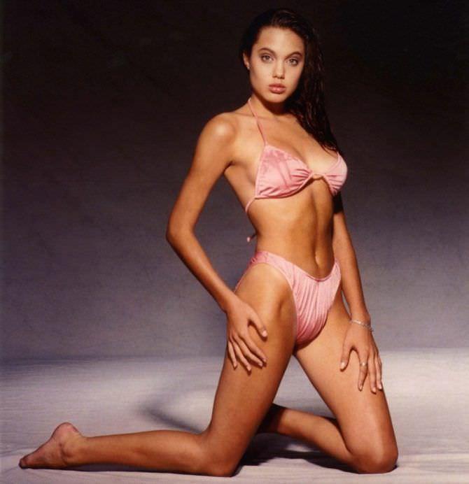 Анджелина Джоли фото в розовом купальнике