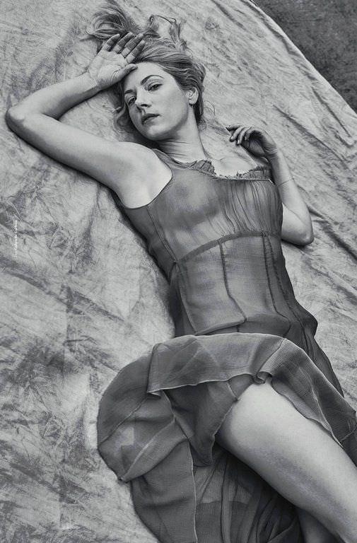 Кэтрин Уинник фотосессия в платье на скале