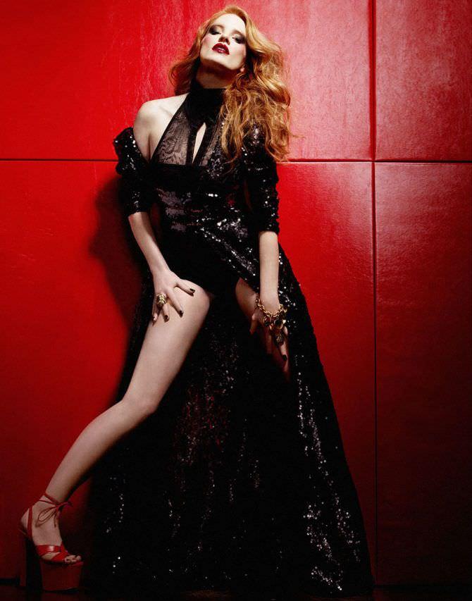 Джессика Честейн фото на красном фоне