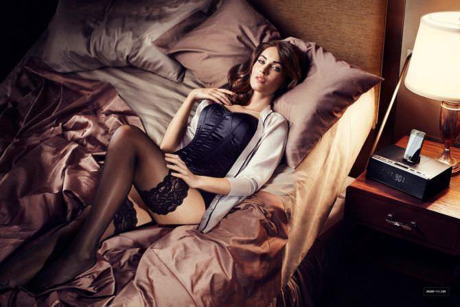 Меган Фокс фото на кровати