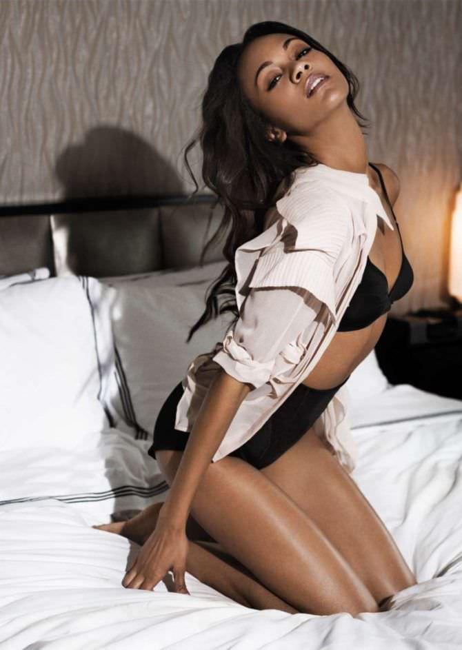 Зои Салдана фото на кровати