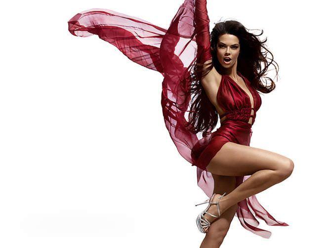 Карина Зверева фото в красном платье