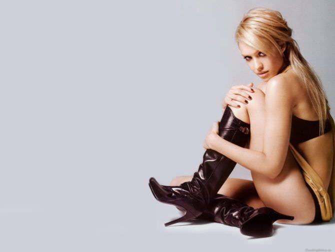 Джессика Альба фото в сапогах