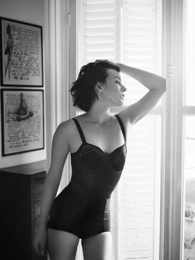 Милла Йовович фото в боди у окна
