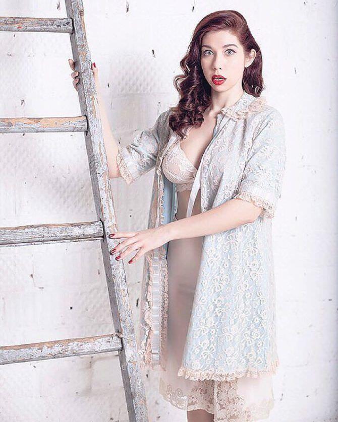 Алина Алексеева фото с лестницей
