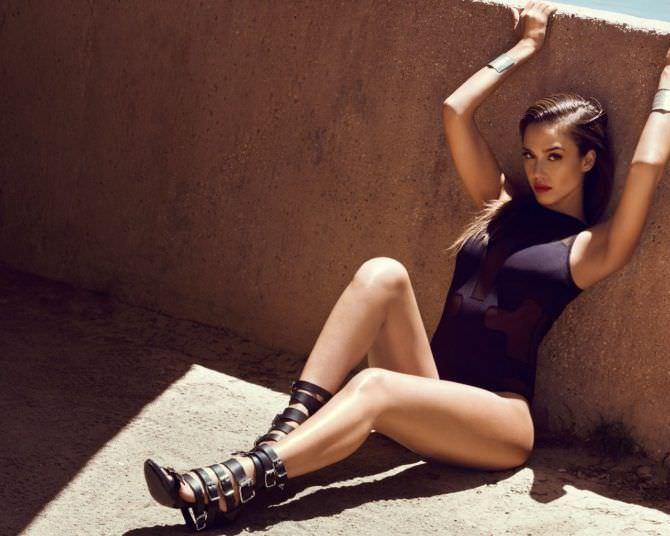 Джессика Альба фотография в чёрном купальнике