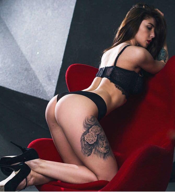 Анастасия Ивлеева фото на красном кресле
