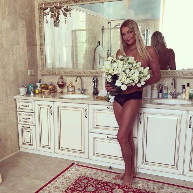 Анастасия Волочкова фото в белье с букетом