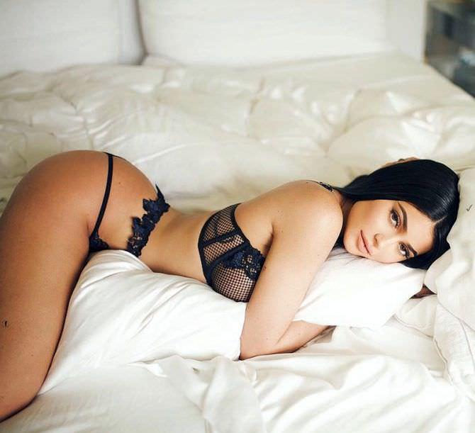 Кайли Дженнер фото в постели