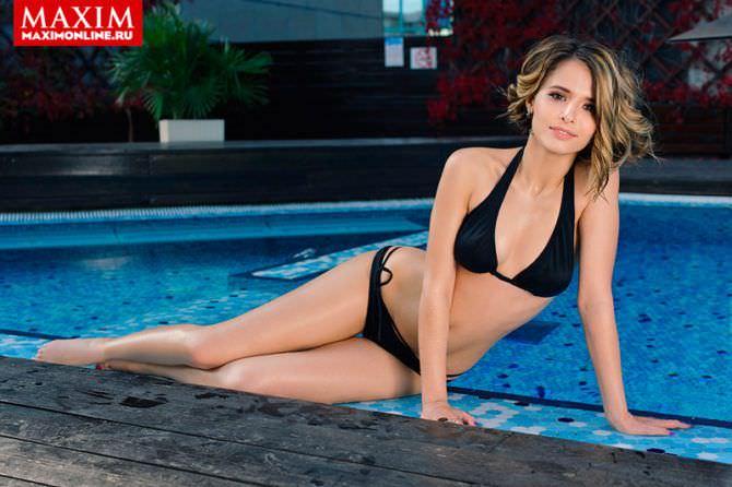 Любовь Аксенова фото на краю бассейна